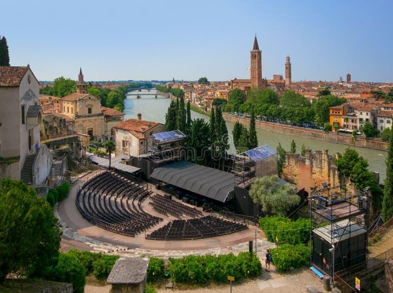 维罗纳 城市的看法从罗马剧院的边的 意大利 免版税库存图片