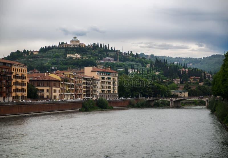 维罗纳 城市的看法从阿迪杰河的 免版税图库摄影