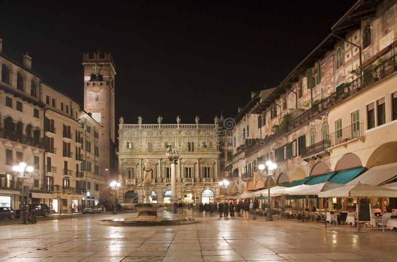 维罗纳-广场Erbe在晚上和Porta Leona和Palazzo Maffei 免版税库存图片