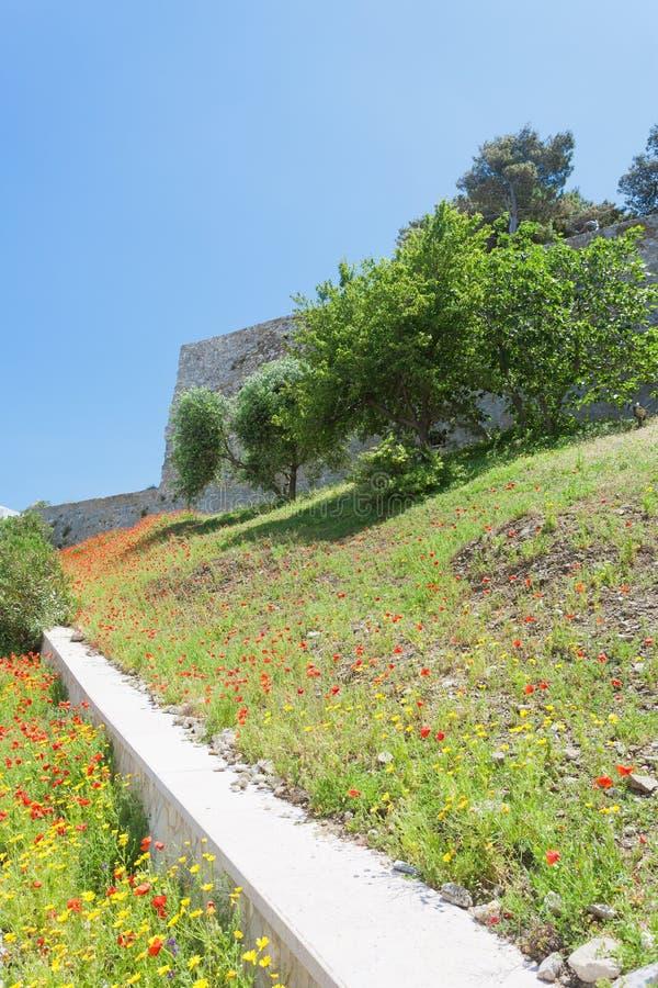 维耶斯泰,意大利-在维耶斯泰历史的堡垒的老城市墙壁  库存照片