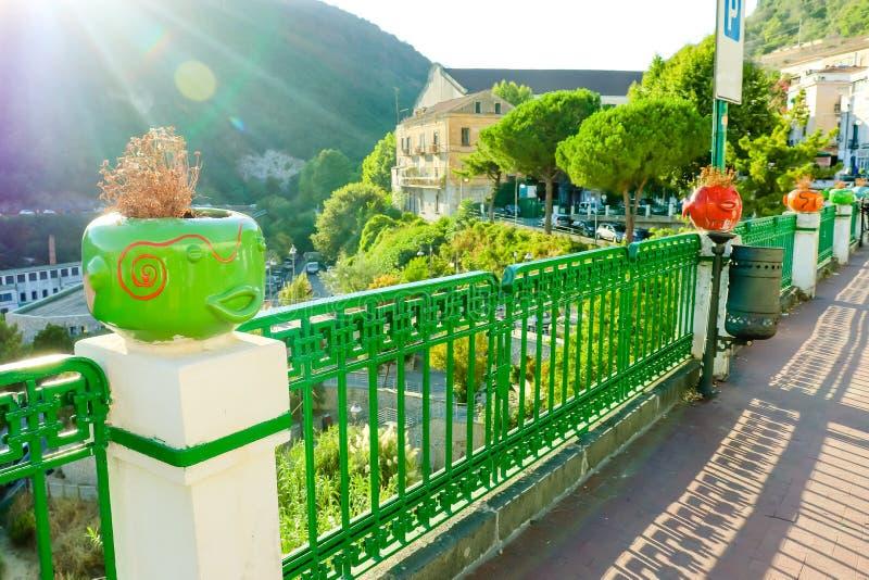 维耶特利苏玛雷-阿马飞海岸开始的地方 与滑稽的陶瓷罐面孔的美丽如画的夏天sityscape 意大利 免版税库存图片