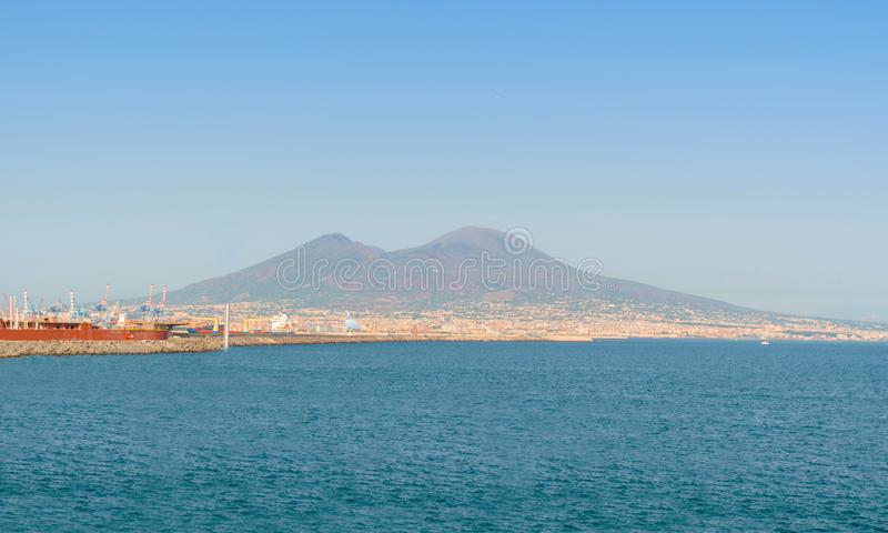 维苏威从那不勒斯市的火山视图晴天 库存照片