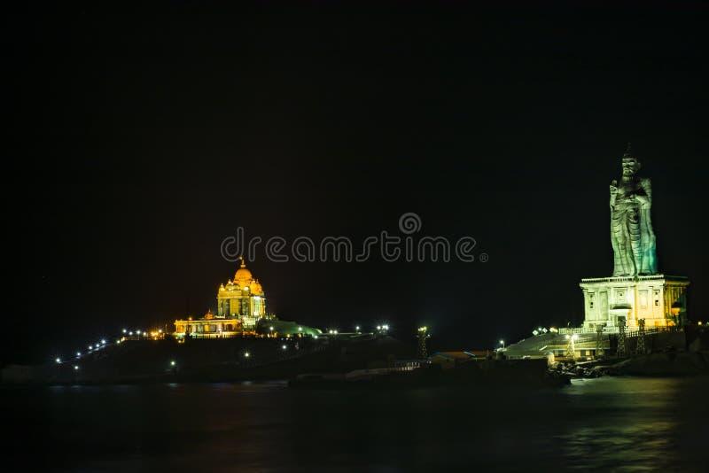 维韦卡南达岩石纪念品和Thiruvalluvar雕象的星罗棋布的夜看法 免版税图库摄影
