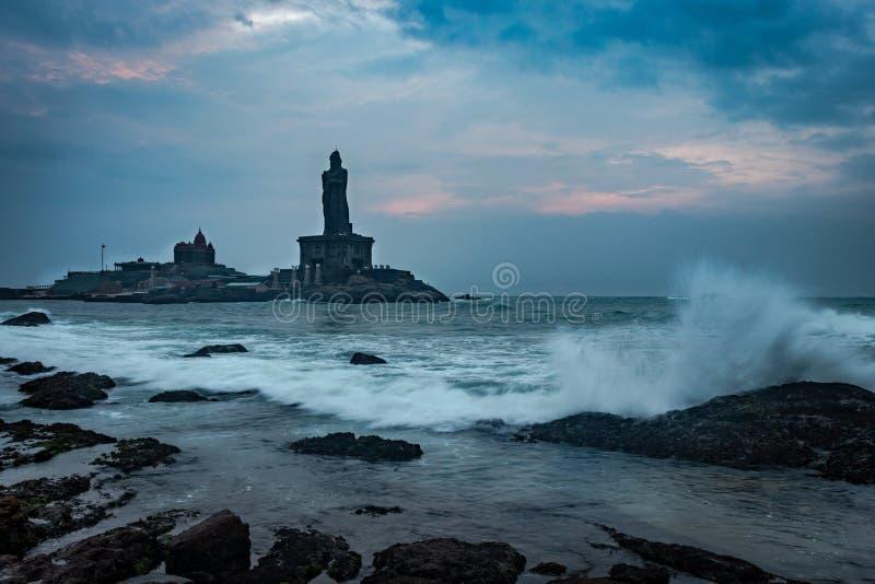 维韦卡南达岩石纪念品在黎明之前的早晨与水飞溅 免版税库存照片