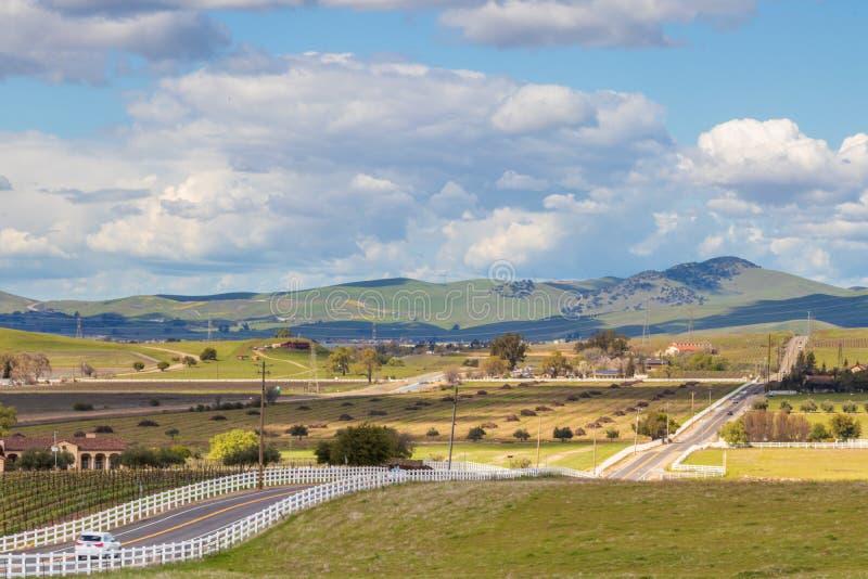 绵延山和云彩在与葡萄园的livermore加利福尼亚附近环境美化 免版税库存图片