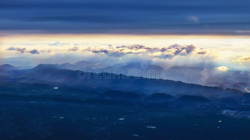 绵延山和日落 库存图片