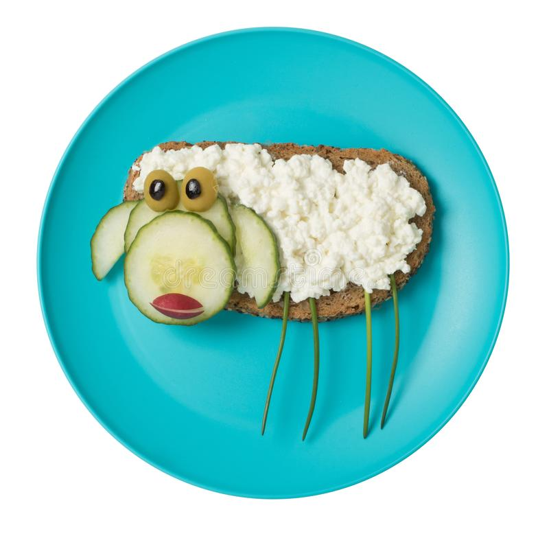 绵羊做用面包和乳酪在蓝色板材 免版税库存图片