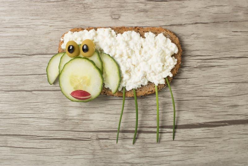 绵羊做用面包和乳酪 免版税库存图片