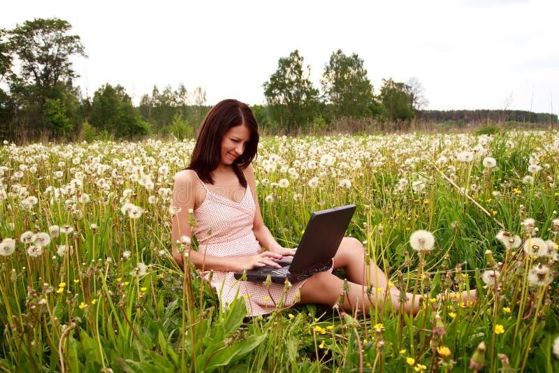 绿化膝上型计算机妇女工作 免版税图库摄影