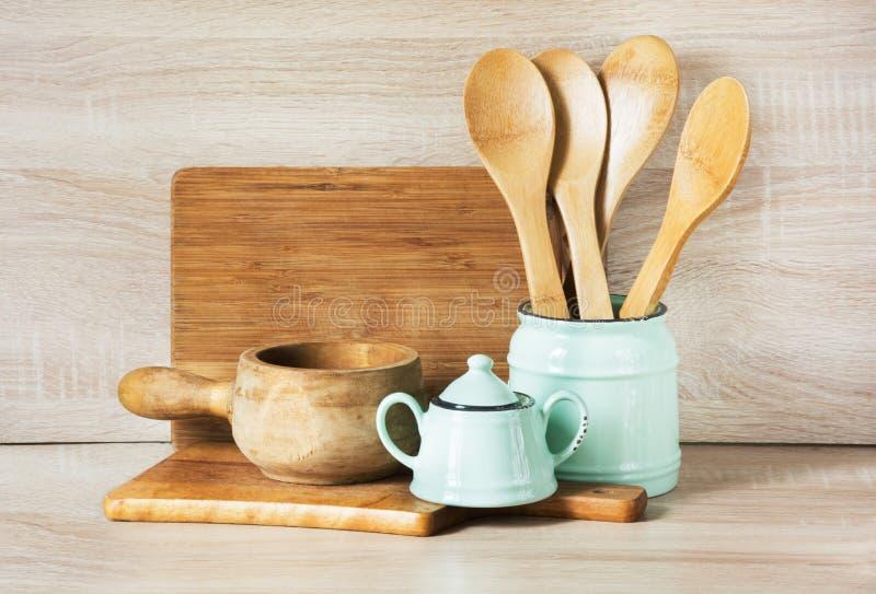 绿松石和木葡萄酒陶器、碗筷、餐具器物和材料在木桌面 作为backgroun的厨房静物画 库存图片