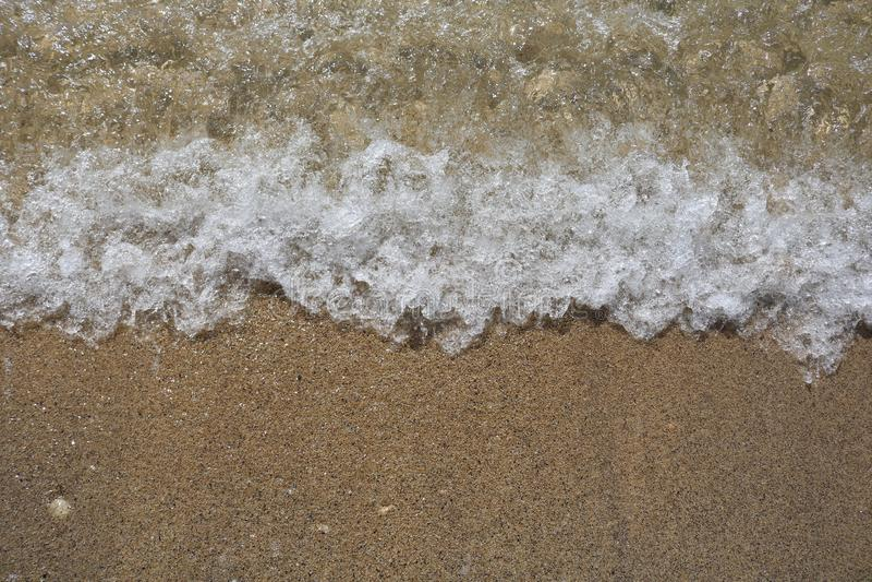 绿松石在沙滩的海水软的波浪  免版税库存照片