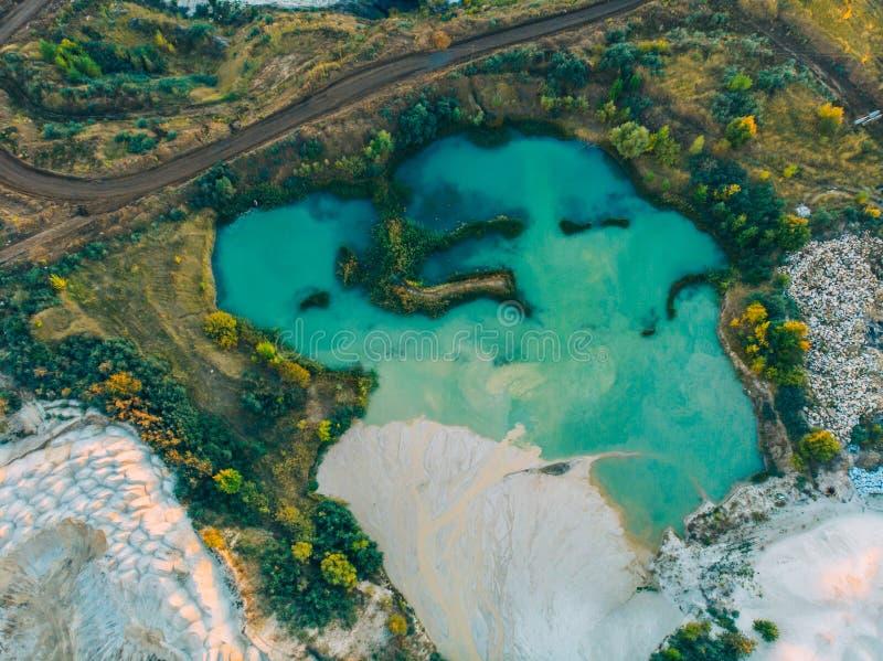绿松石水在白垩猎物和绿色森林,顶视图附近的湖 库存照片