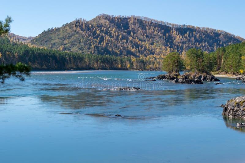 绿松石河的风景有岩质岛的 库存照片