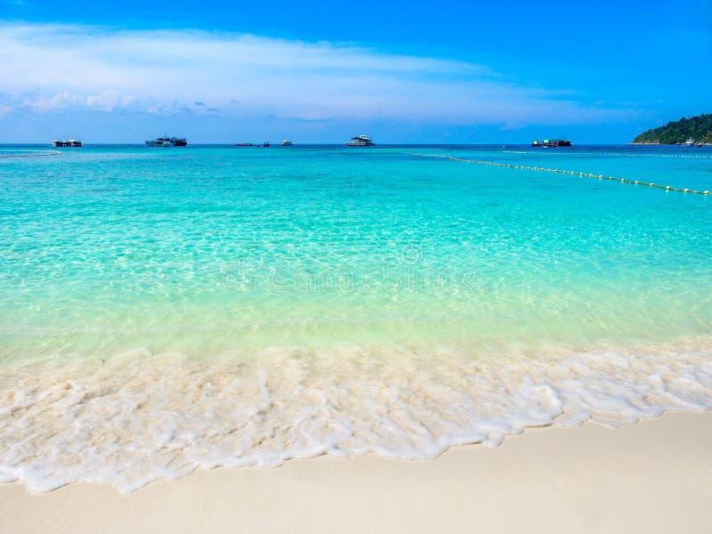 绿松石海波浪和白色沙子靠岸在酸值Lipe,泰国 免版税库存图片