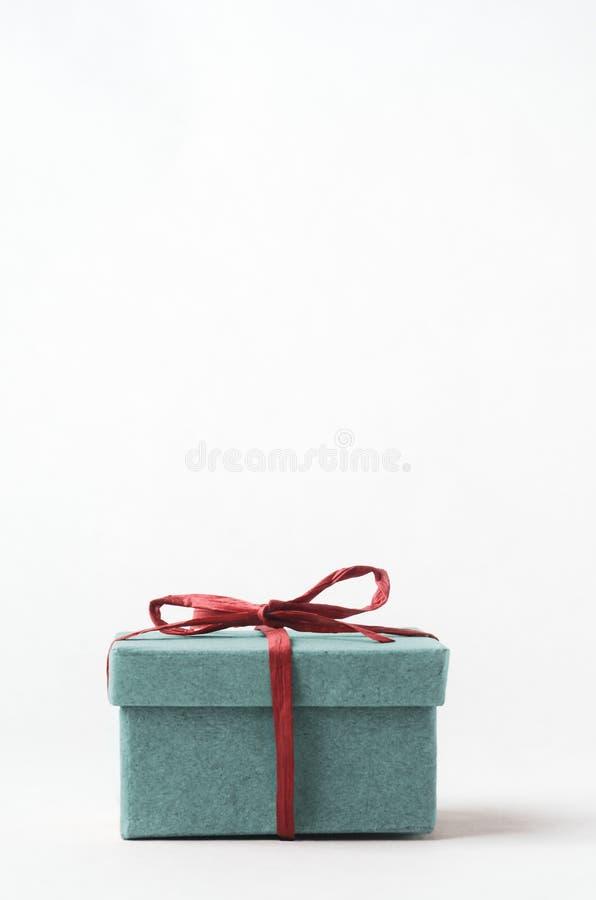 绿松石礼物盒栓与红色酒椰丝带 免版税库存照片