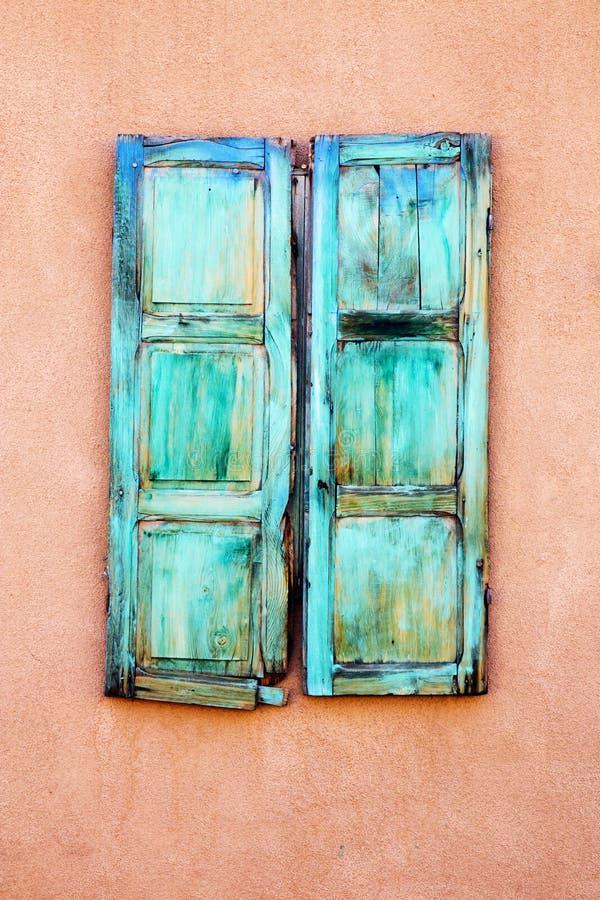 绿松石窗口快门在圣菲,新墨西哥 免版税库存照片