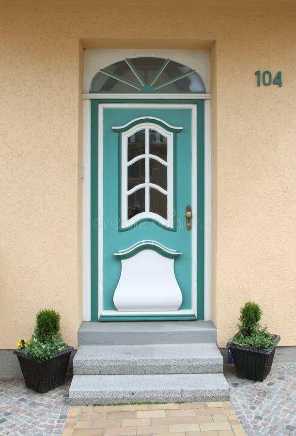 绿松石老木门,与玻璃窗和天窗 库存图片