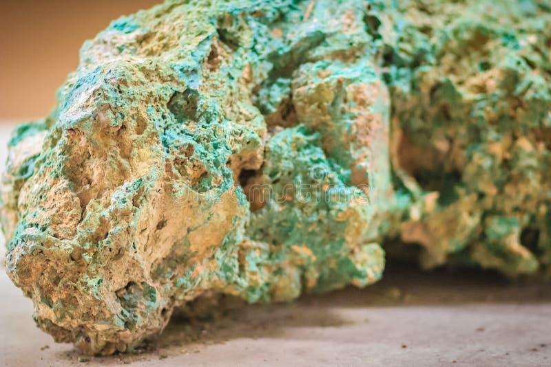 绿沸铜石头未加工的标本从采矿和挖掘indust的 库存照片