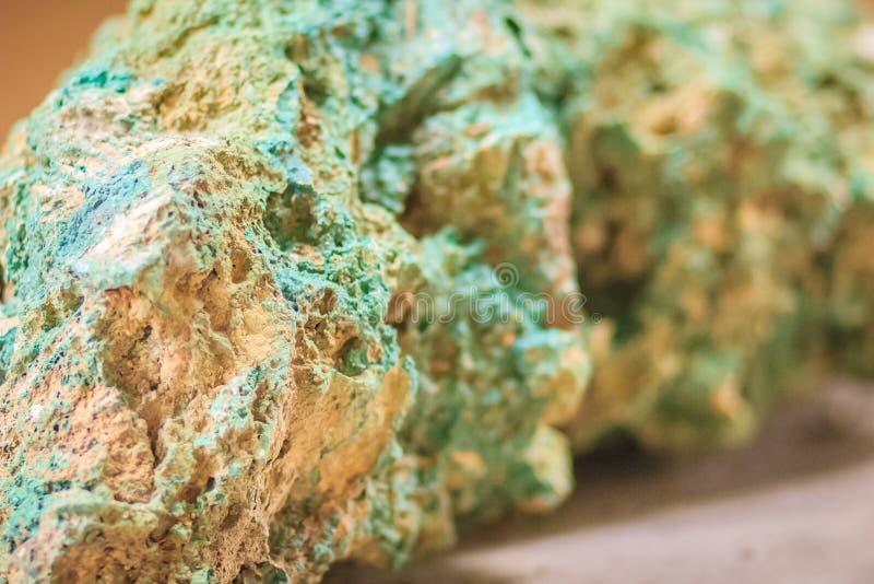 绿沸铜石头未加工的标本从采矿和挖掘indust的 图库摄影