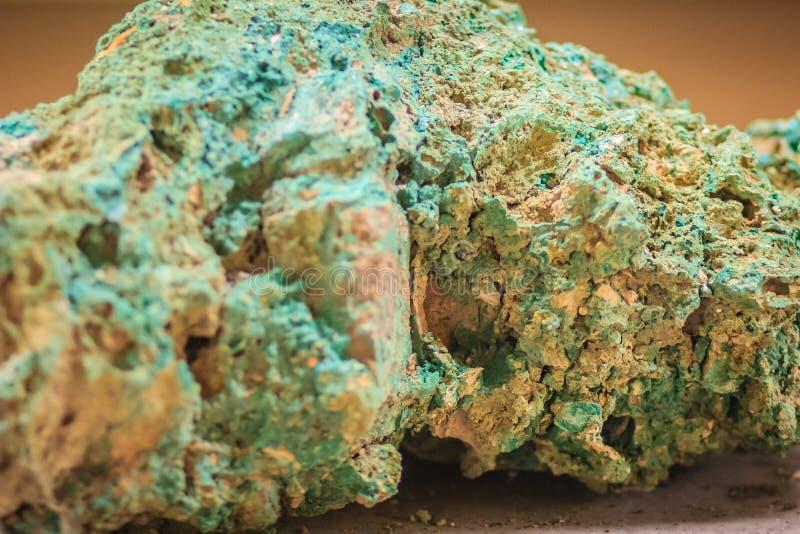 绿沸铜石头未加工的标本从采矿和挖掘indust的 免版税库存照片