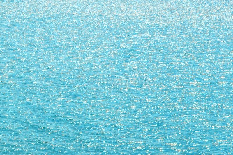 绿浪或海洋水软的焦点表面抽象图象背景与阳光的在白天 免版税库存照片