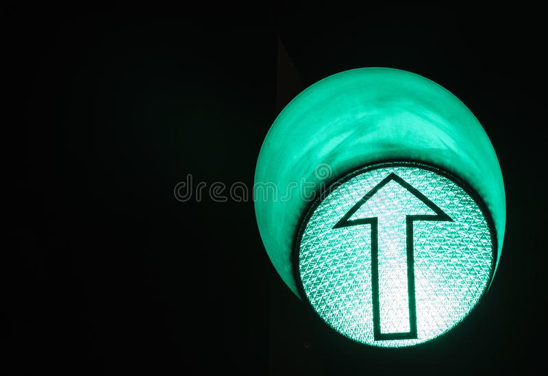 绿灯红色业务量黄色 机场箭头绿灯符号 免版税库存照片