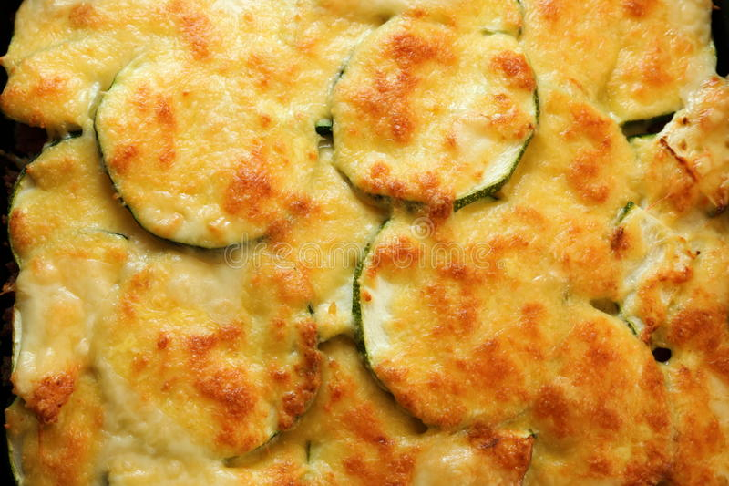 绿皮胡瓜土豆或土豆澳大利亚焦干酪 免版税库存照片
