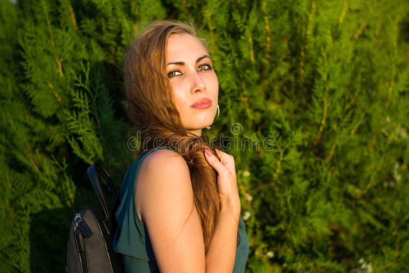 绿眼的女孩画象佩带的配比的色的礼服 库存图片