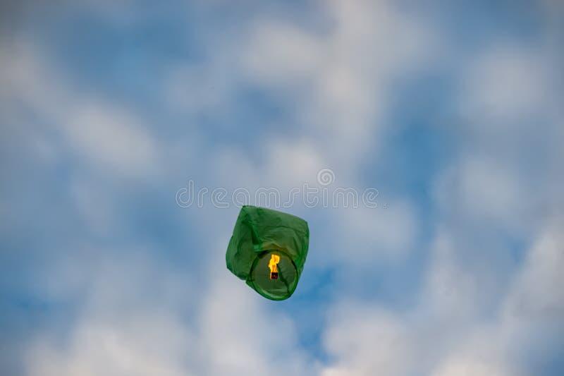 绿色中国灯笼飞行到天空里 库存照片