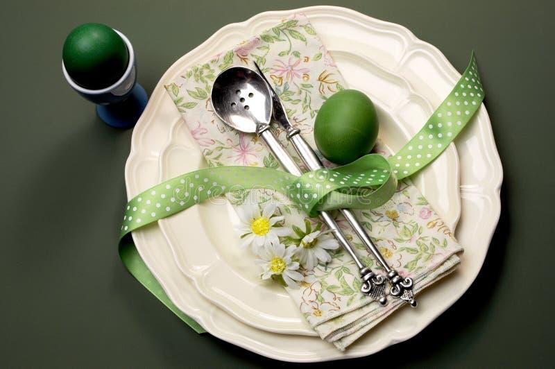 绿色主题愉快的复活节正餐或早餐桌设置 库存照片