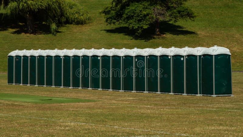 绿色便携式的洗手间行  免版税库存照片