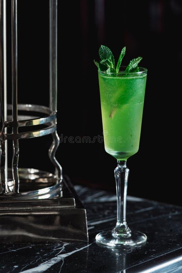 绿色刷新的酒精鸡尾酒 在上面的薄菏 免版税库存照片