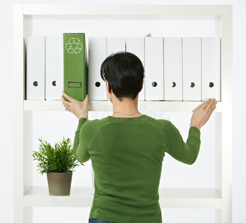 绿色办公室妇女工作 免版税库存照片