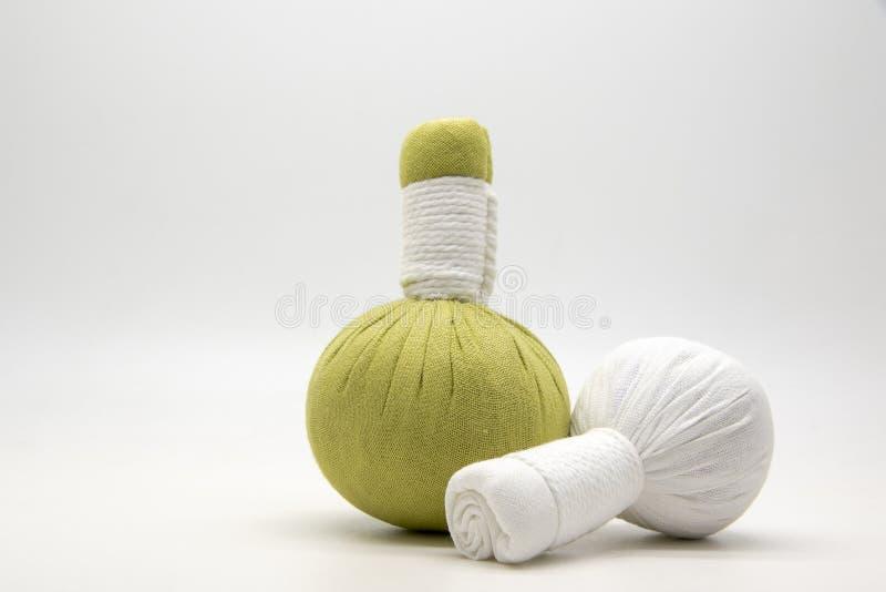 绿色压缩球和白色压缩在白色背景的球 图库摄影