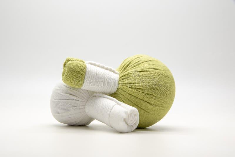 绿色压缩球和白色压缩在白色背景的球 免版税库存照片