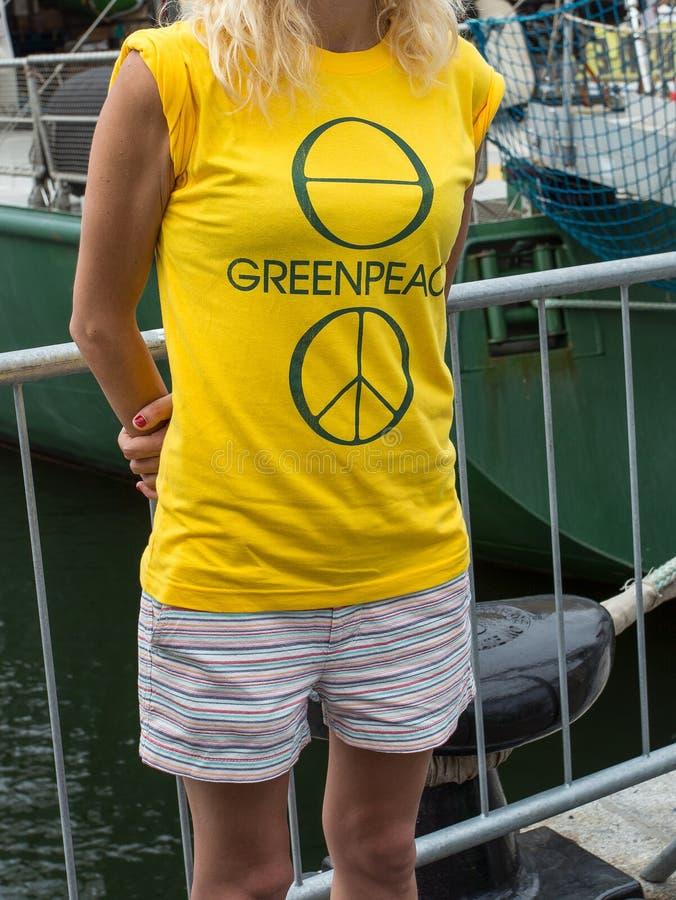 绿色和平乘员组职员显示在T恤杉的商标 免版税库存图片