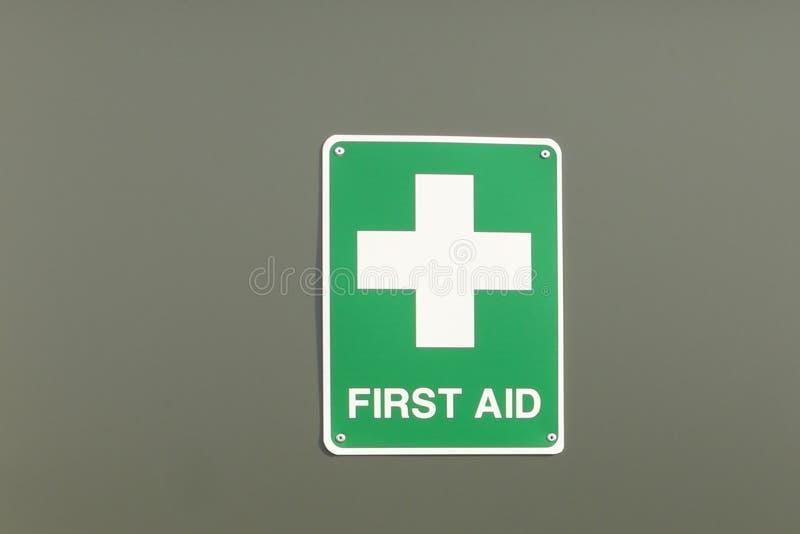 绿色和白色急救标志 免版税图库摄影