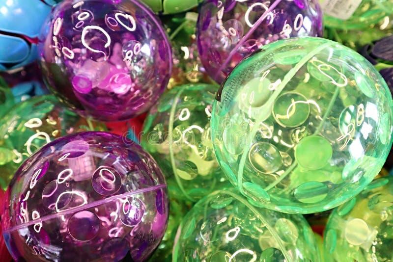 绿色和紫色的弹球 免版税库存图片
