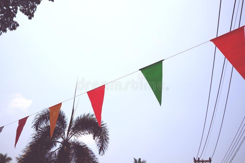 绿色和红色三角旗子明亮的天空背景 免版税库存图片