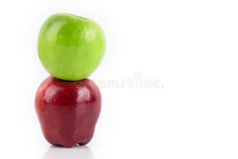 绿色和红色苹果,隔绝在白色背景 免版税图库摄影