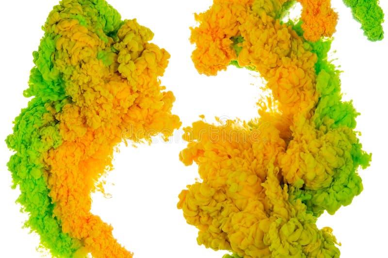 绿色和黄色墨水飞溅的抽象油漆背景颜色在白色背景隔绝的水中 免版税库存图片