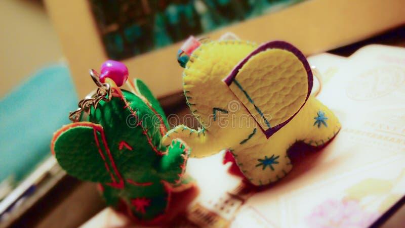 绿色和黄色大象钥匙链 库存图片