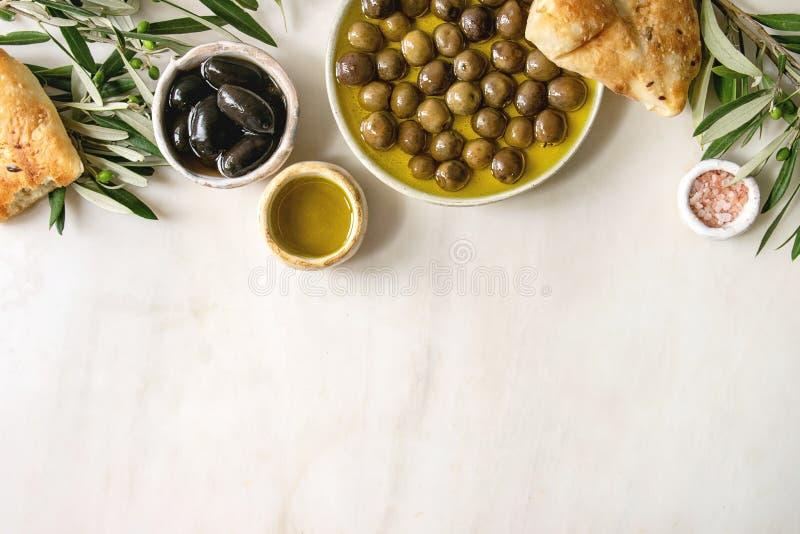 绿色和黑橄榄 免版税库存照片