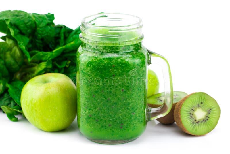 绿色圆滑的人用菠菜、在a和薄菏隔绝的苹果、猕猴桃 免版税库存照片