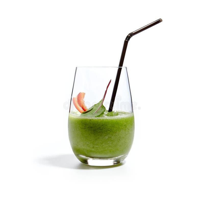 绿色圆滑的人用菠菜、被隔绝的香蕉、黄瓜和薄菏 免版税库存图片