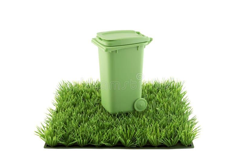 绿色在绿草领域正方形的回收站  免版税库存照片