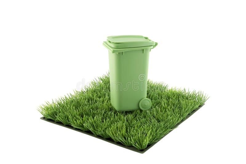 绿色在绿草领域正方形的回收站  库存图片