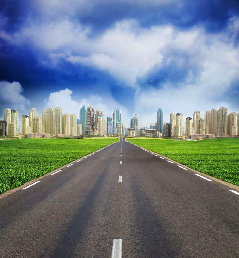 绿色域和城镇城市 库存照片