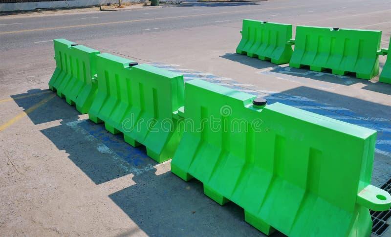 绿色塑料路障碍行  免版税库存图片