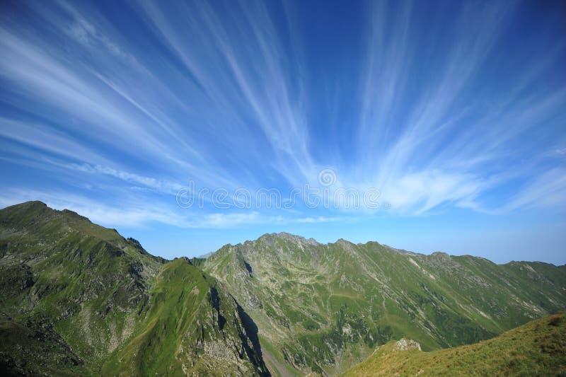 绿色壮观的山平安的天空夏天 免版税库存图片